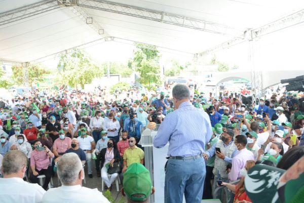 Leonel Fernandez Juramenta cientos de exdirigentes que abandonaron el PLD, así como de otros partidos pertenecientes a la estructura partidaria del municipio Santiago. nta en Santiago